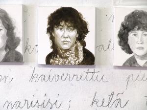 Anja-Kurikka-Identiteettikriisi-installatiosta-2013-muste-kankaalle-tekstit-Inka-Nousiainen_pieni